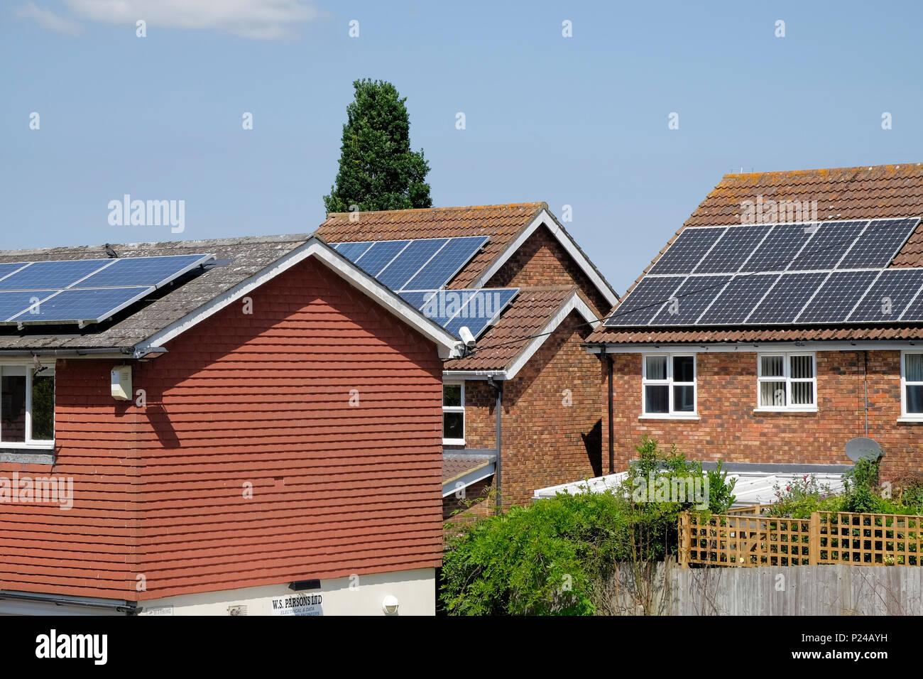 Casas con paneles solares, Kent, UK Imagen De Stock
