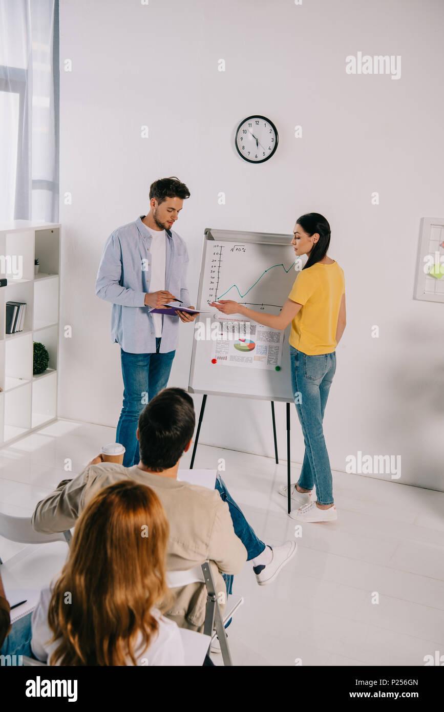 La gente de negocios de ropa informal con la formación empresarial en Office Imagen De Stock