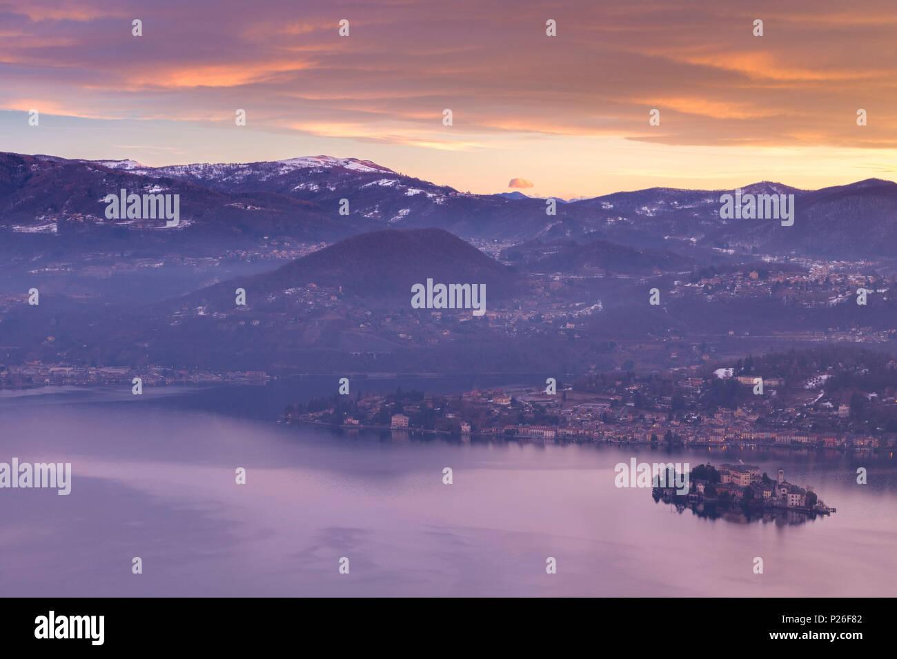 Amanecer de invierno en la isla de San Giulio en Lago d'Orta, desde el santuario de la Madonna del Sasso en el boleto, lago Orta, provincia de Novara, Piamonte, Italia Imagen De Stock
