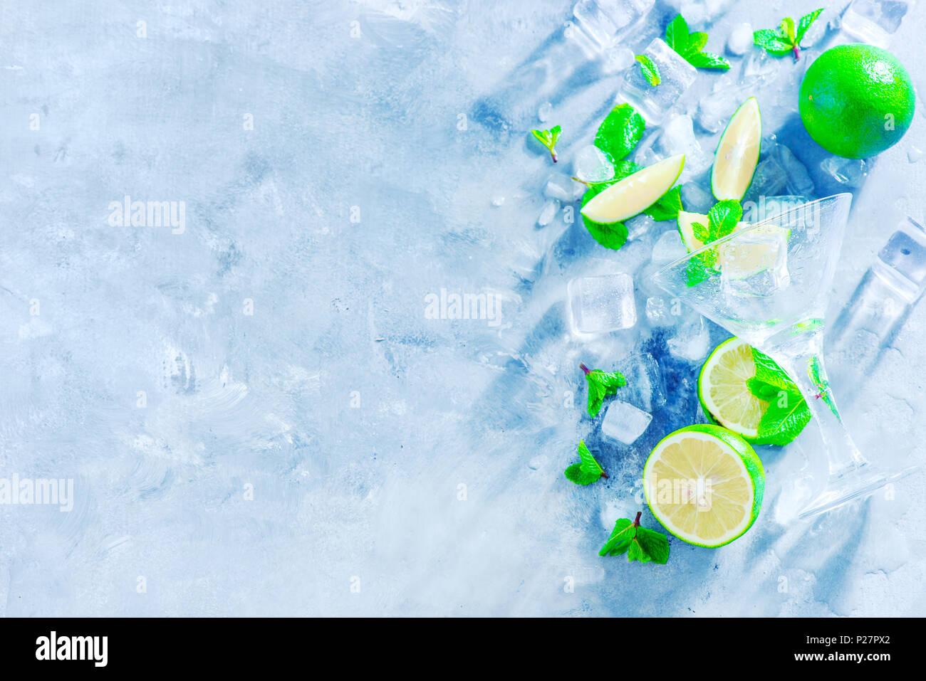 Menta, Limón y cubitos de hielo, cóctel mojito ingredientes cabezal con espacio de copia. Hacer bebidas de verano cerca. Luz solar y concepto de refrigerios. Imagen De Stock