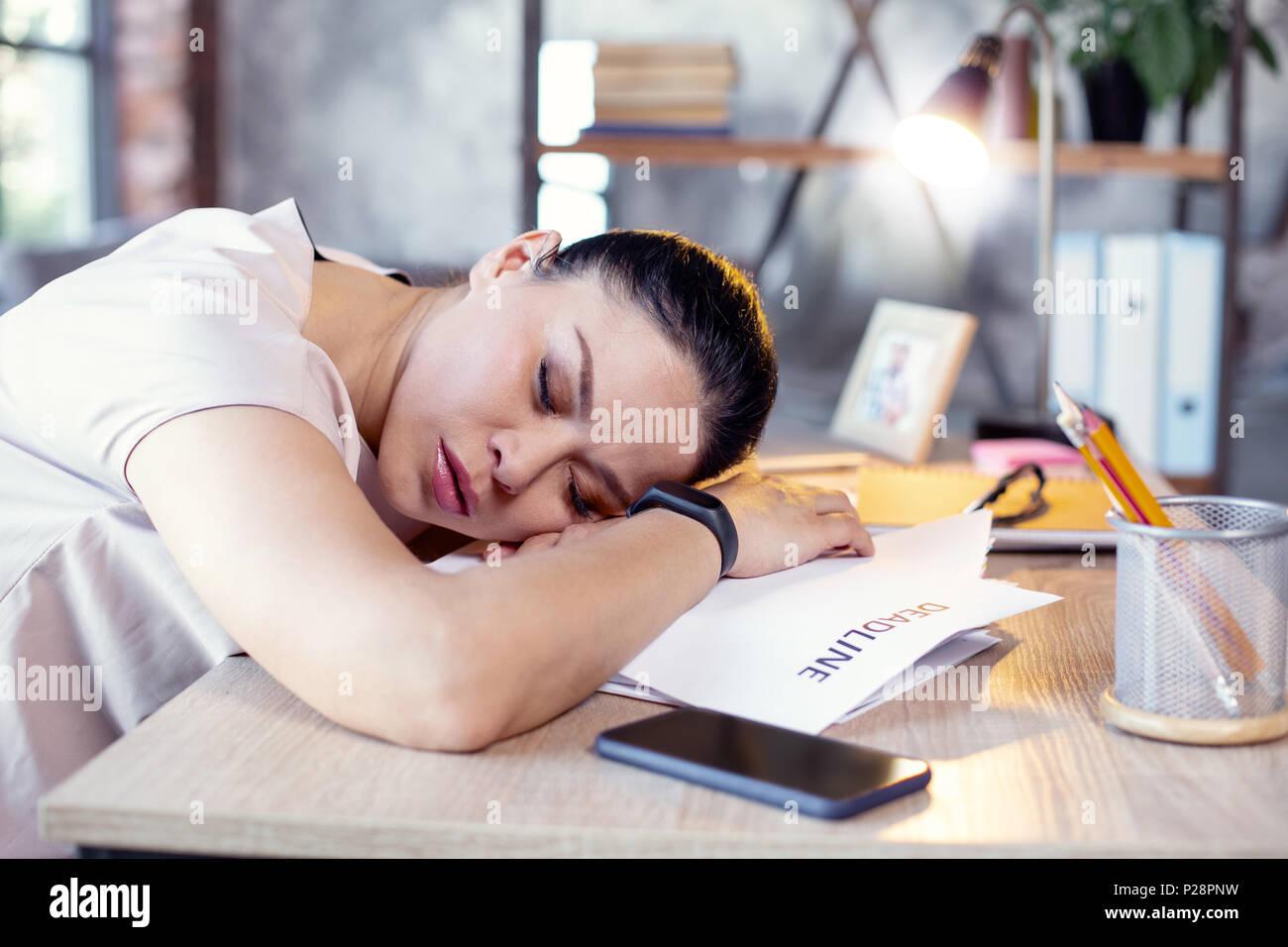 Hermosa empleada toma siesta en el trabajo Imagen De Stock