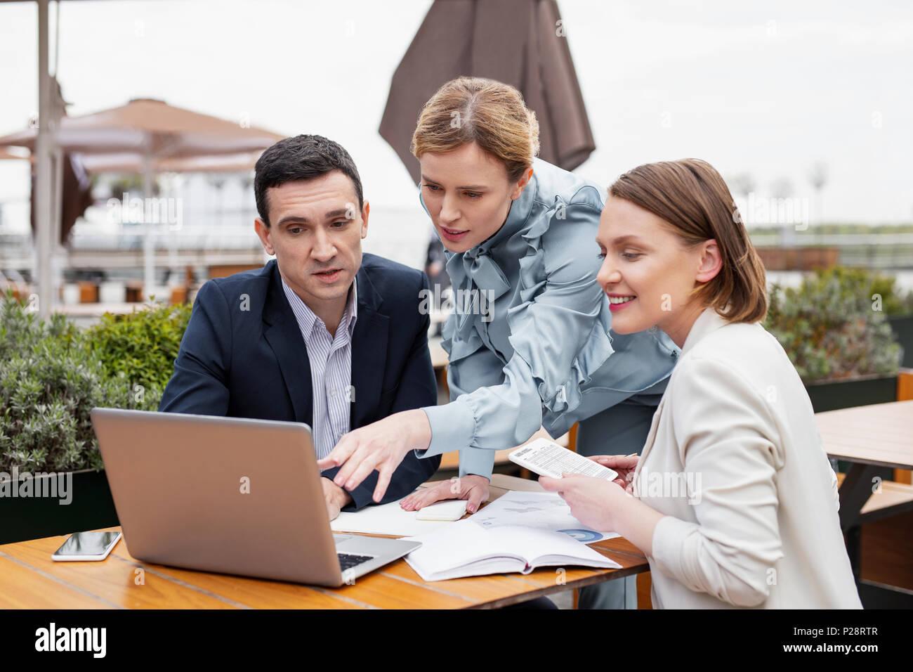 Tres directores financiero satisfactorio haber reunión fuera Foto de stock