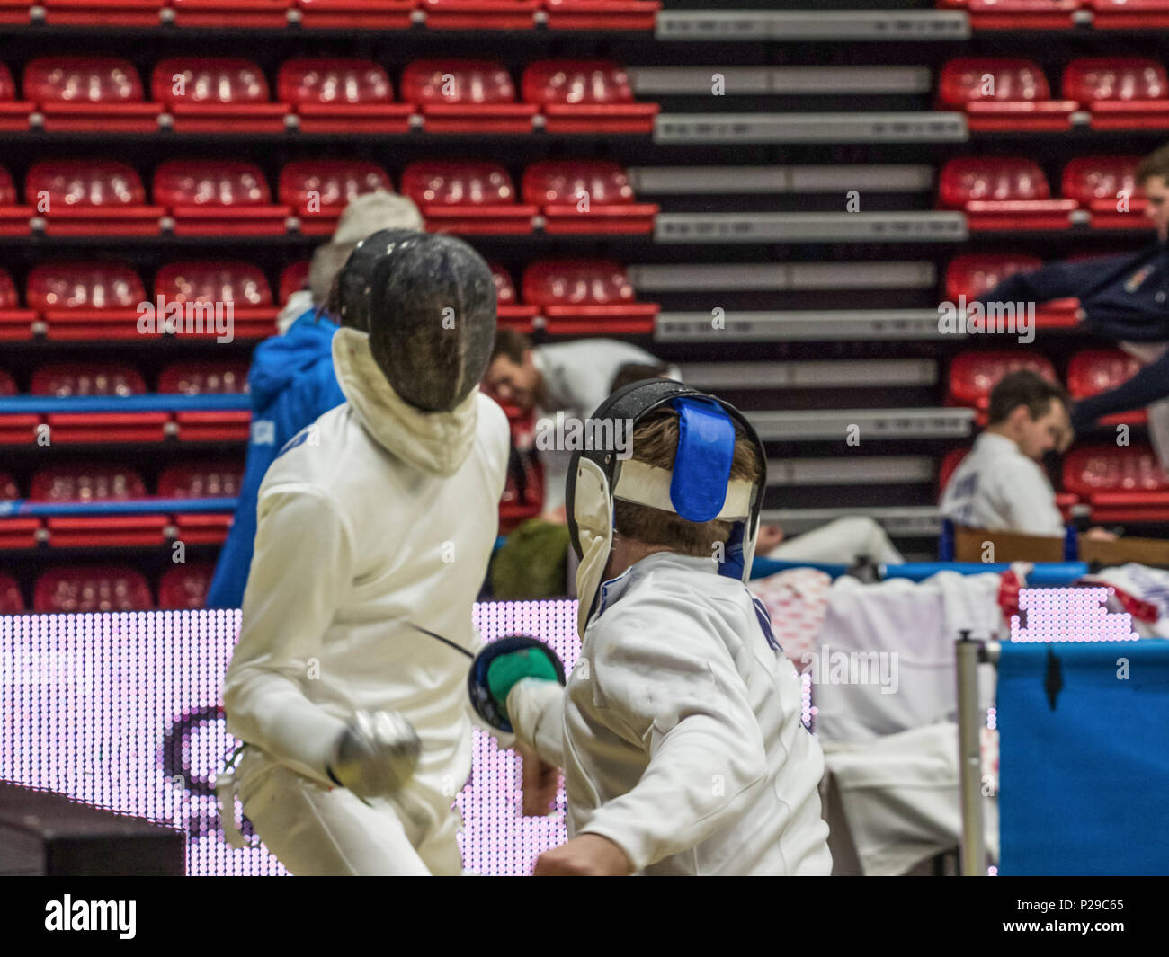 En fase de ataque por un competidor en un torneo de esgrima de hombres Foto de stock