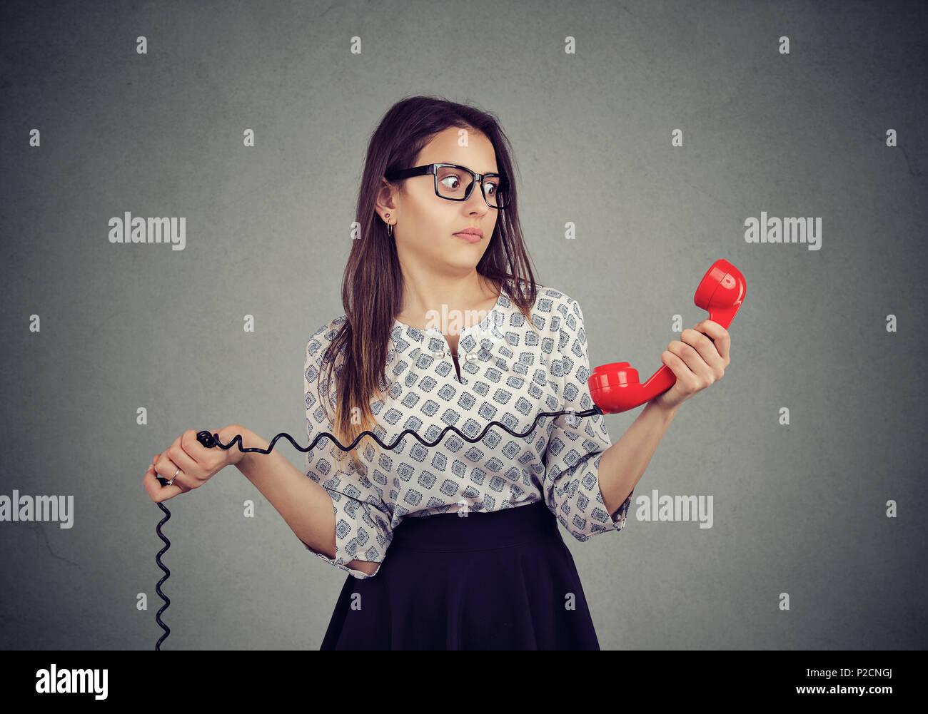 Confundido joven con malas noticias en el teléfono Imagen De Stock