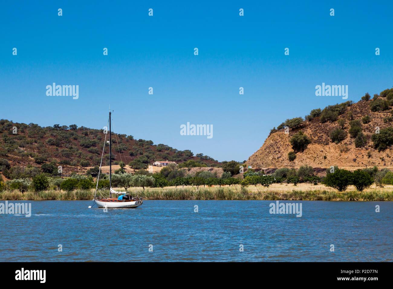 Viaje en barco por el Guadiana fronterizo río Algarve Portugal. Imagen De Stock