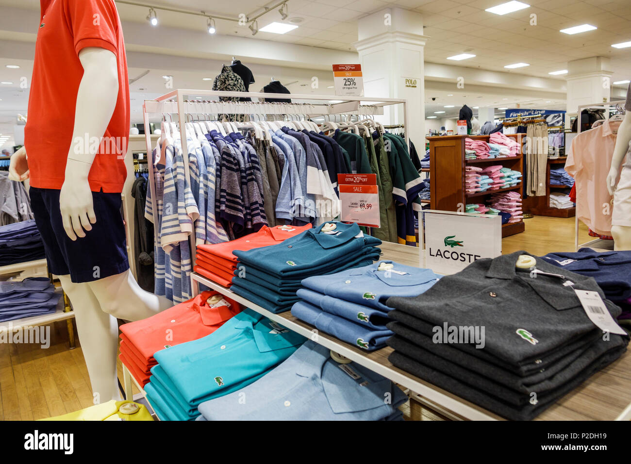 4b5f557bcecb0 Jensen Beach Florida Macy s dentro de tiendas de ropa para hombres marca  Izod Lacoste diseñador mostrar logo camiseta de tenis cocodrilo venta  mostrar