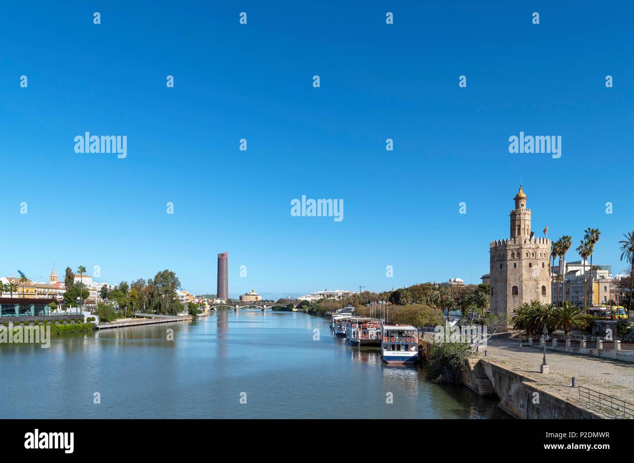 El río Guadalquivir y la Torre del Oro desde el Puente de San Telmo, Sevilla ( Sevilla ), Andalucia, Spain Imagen De Stock