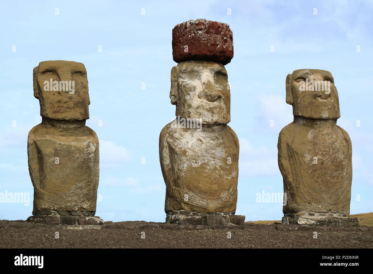 Tres de los quince enormes estatuas moai de Ahu Tongariki en la Isla de Pascua, Chile, Sudamérica Imagen De Stock
