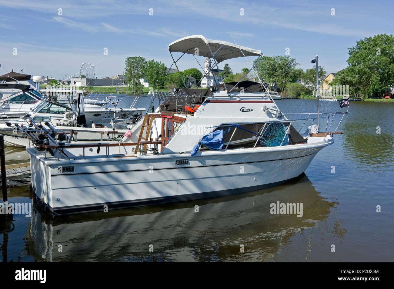 Carver barco bandera pirata Jolly Roger volando amarrados en Dos Ríos, Wisconsin para la pesca en el Lago Michigan Imagen De Stock