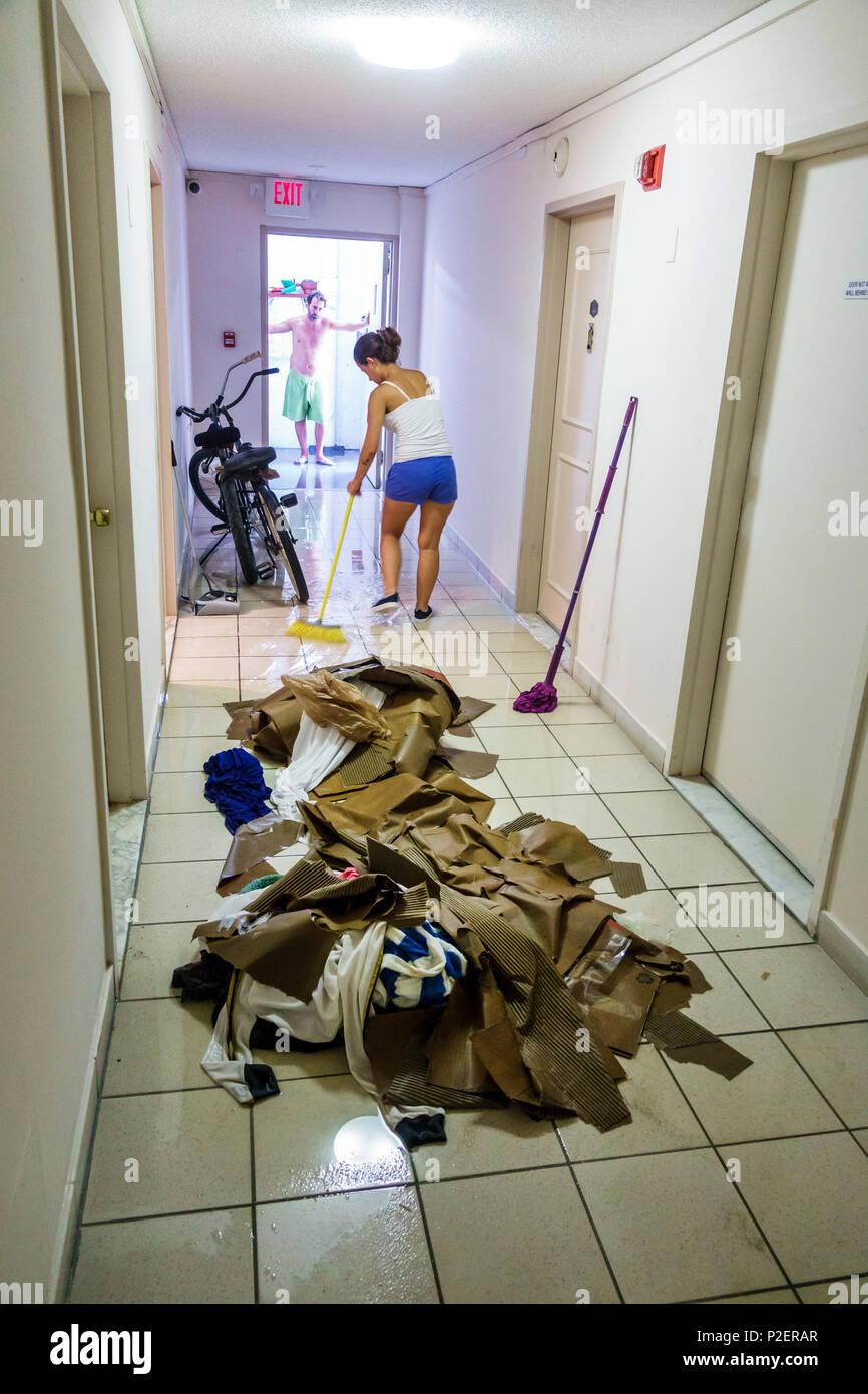 38d996722 Florida Miami Beach Condominiums condominio edificio presidencial pasillo  hall daños por agua inundaciones limpieza apartamento apartamento