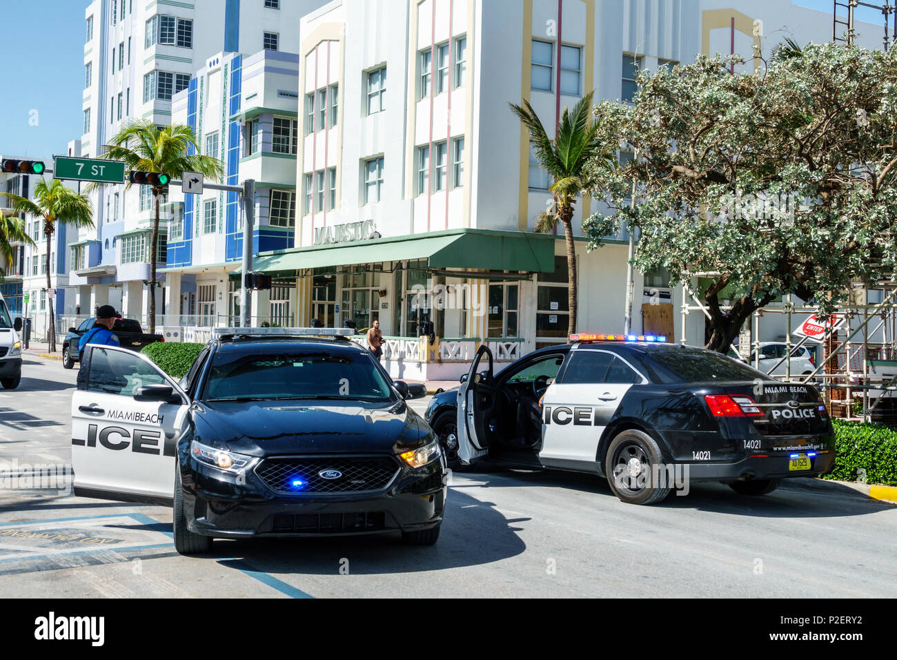 Ocean Drive de Miami Beach Florida coches de policía bloqueando el tráfico hombre oficial de la policía de seguridad pública Imagen De Stock