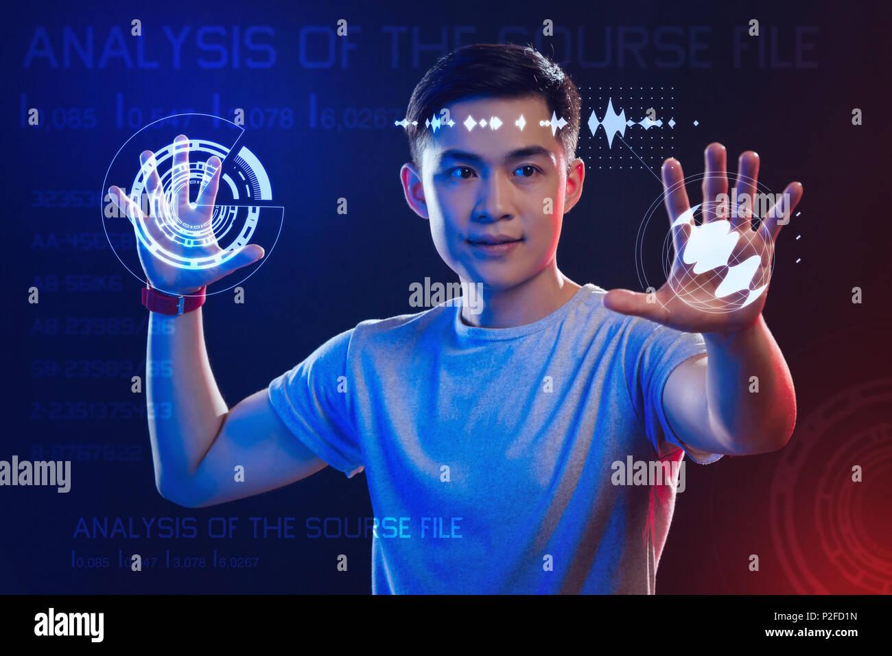 Desarrollador web profesional utilizando hologramas mientras trabaja Imagen De Stock