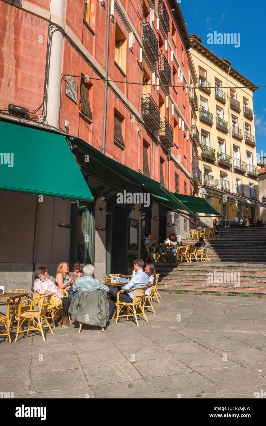 Madrid Street Cafe Gente Relajarse En Mesas De La Terraza