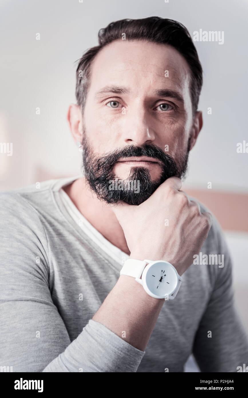 Pensativo hombre sujetando su barbilla Imagen De Stock
