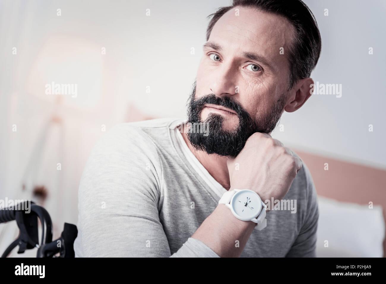 Preocupado hombre sujetando su barbilla Imagen De Stock