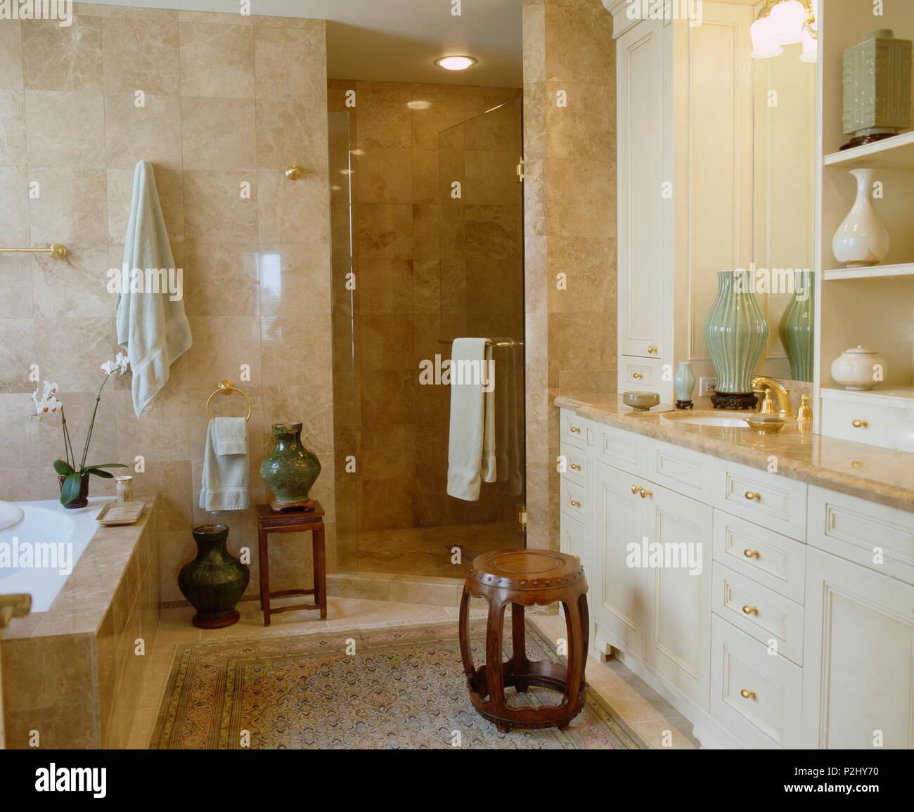 Plato de ducha en el cuarto de ba o de m rmol con grandes for Plato para ducha cuarto bano