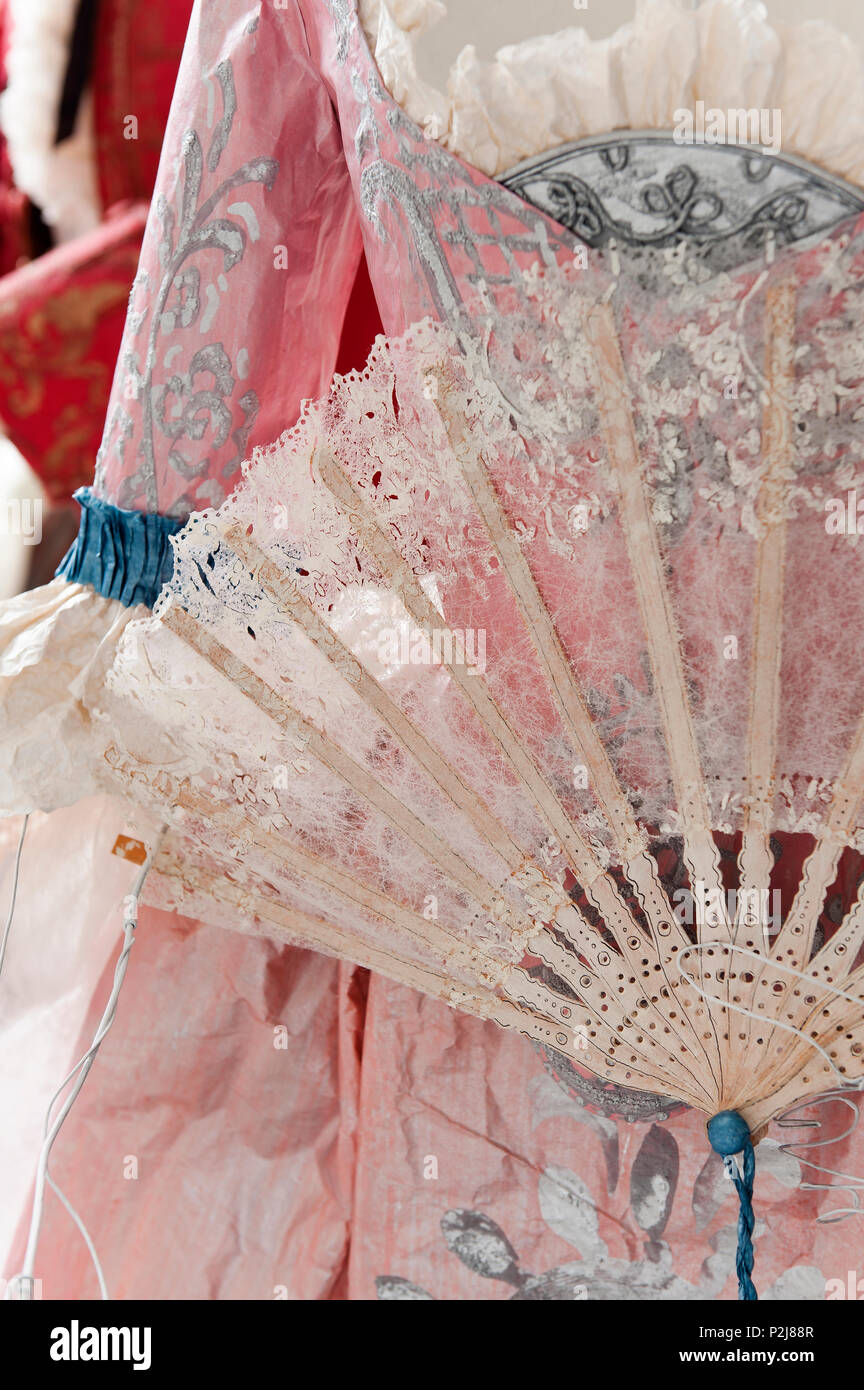 Papel vestido de estilo del siglo XVIII y el ventilador Imagen De Stock