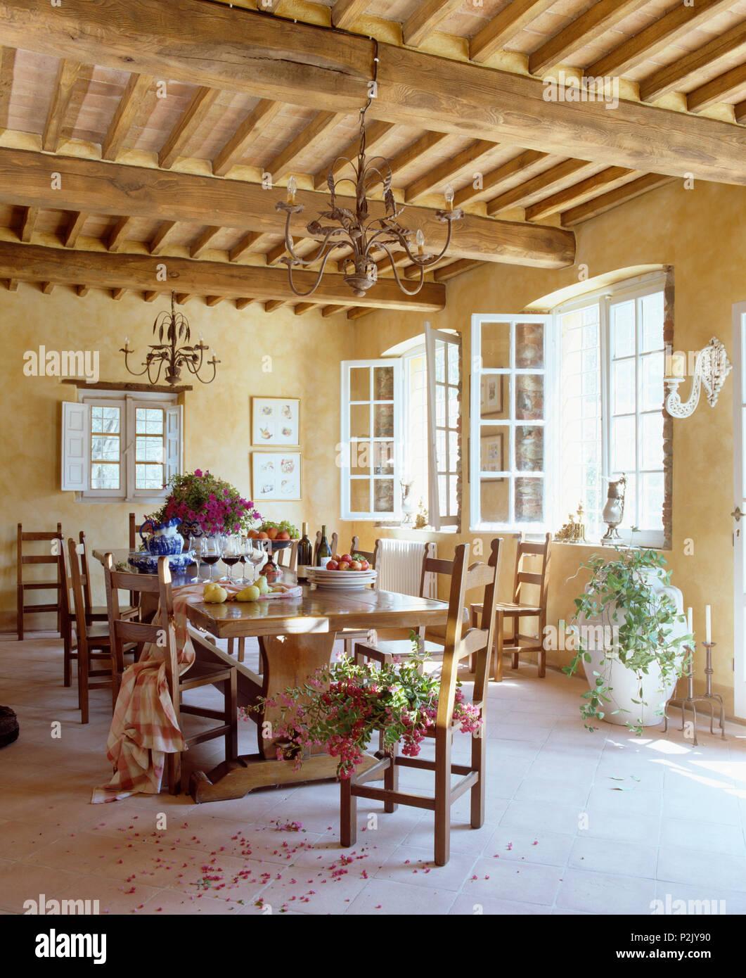 Techo con vigas rústicas en toscano simple comedor con mesa ...