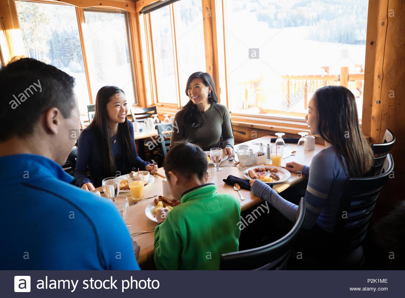 Familia disfrutando del desayuno en la mesa de cabina Imagen De Stock