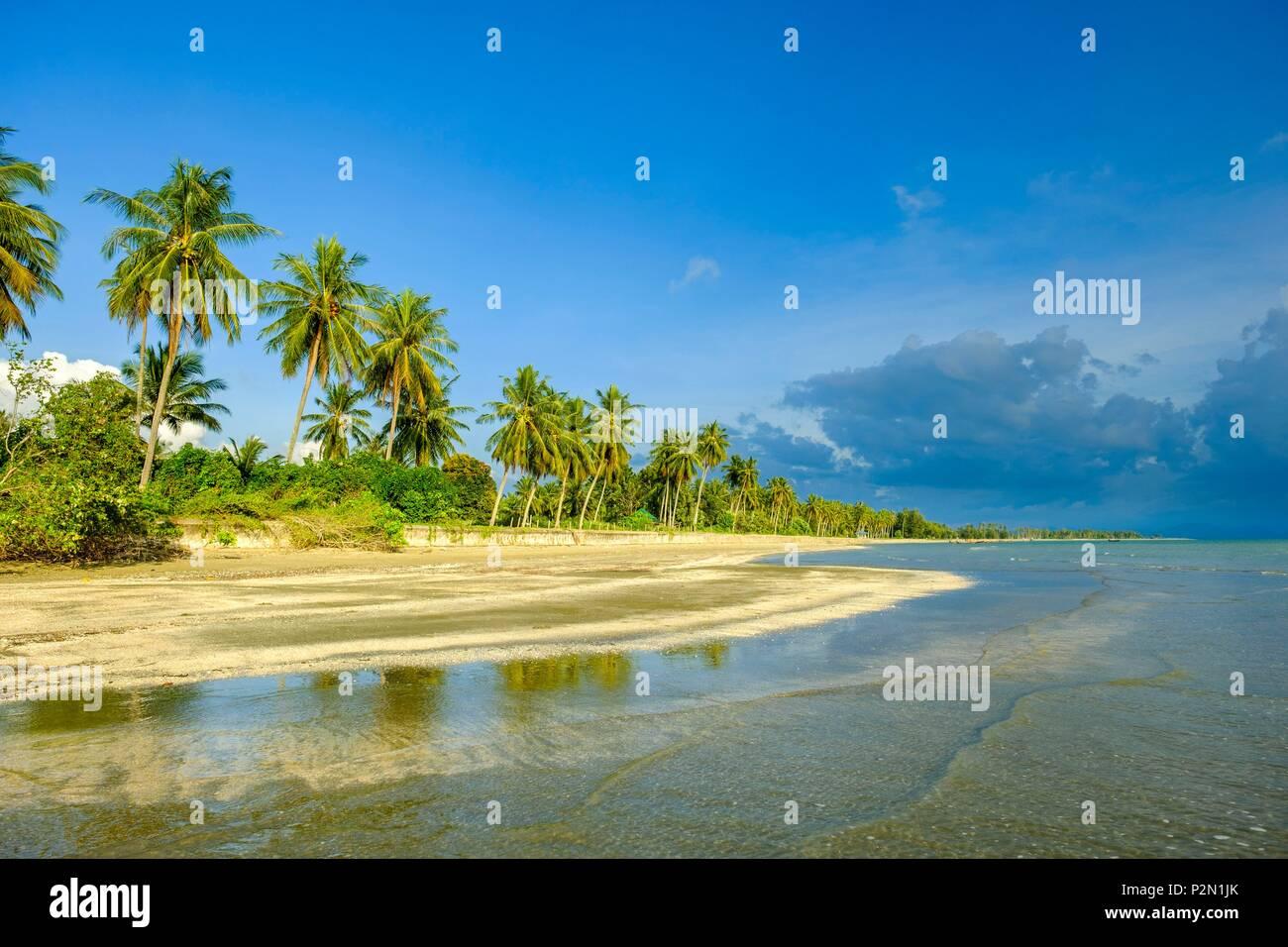 Tailandia, la provincia de Trang, Ko Sukorn Island, la larga playa de la costa sudoccidental Foto de stock