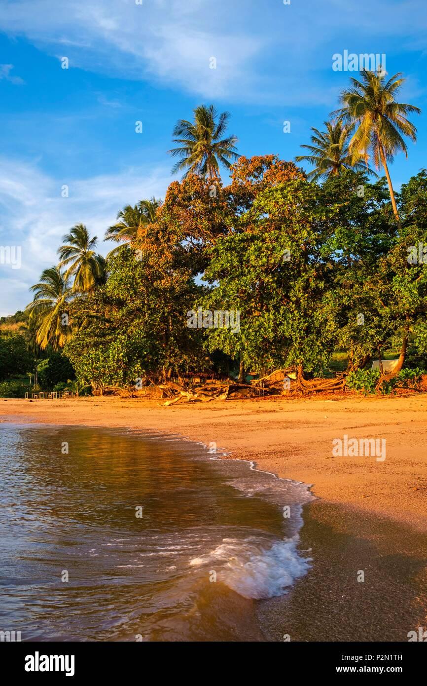 Tailandia, la provincia de Trang, Ko Libong isla Haad Lang Kao playa situada al oeste de la isla al atardecer Imagen De Stock