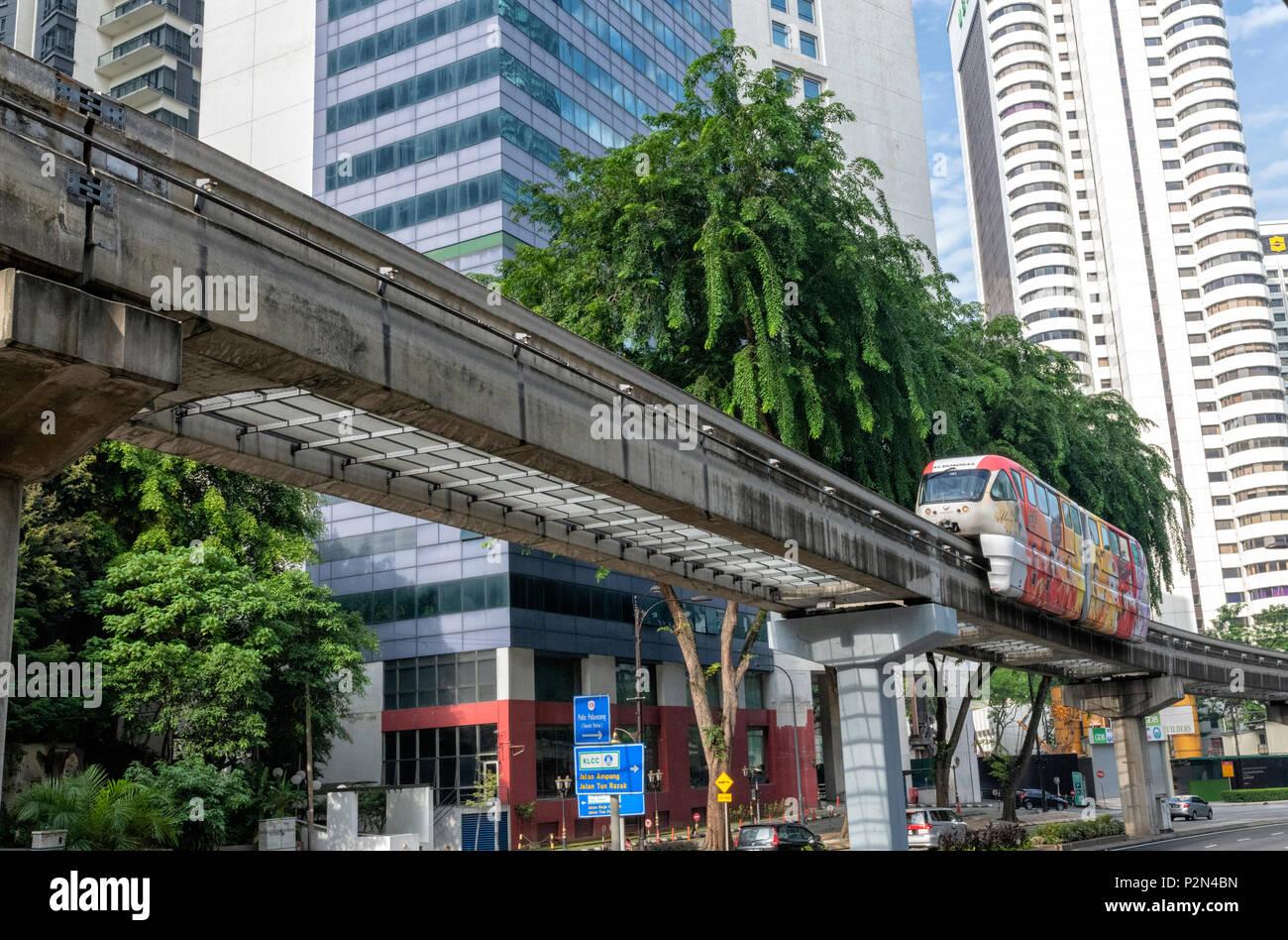 Un monorraíl coche pasa por encima de una carretera principal en el centro de Kuala Lumpur, Malasia Imagen De Stock