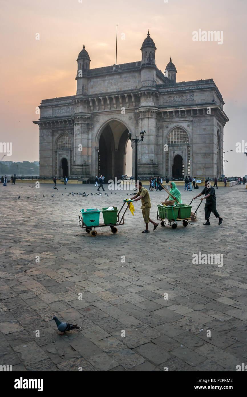 MUMBAI, India - Enero 14, 2017 - Barredoras caminando delante de la puerta de la India después de la limpieza de las calles de Mumbai. Imagen De Stock