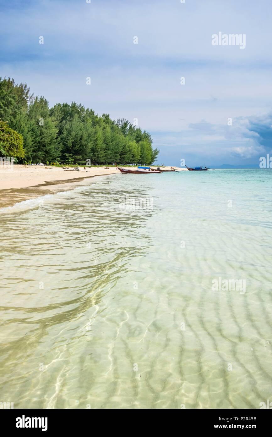 Tailandia, la provincia de Satun, Mu Ko Phetra Parque Nacional Marino Ko Bulon Leh isla, la gran playa de arena blanca, al este de la isla Imagen De Stock
