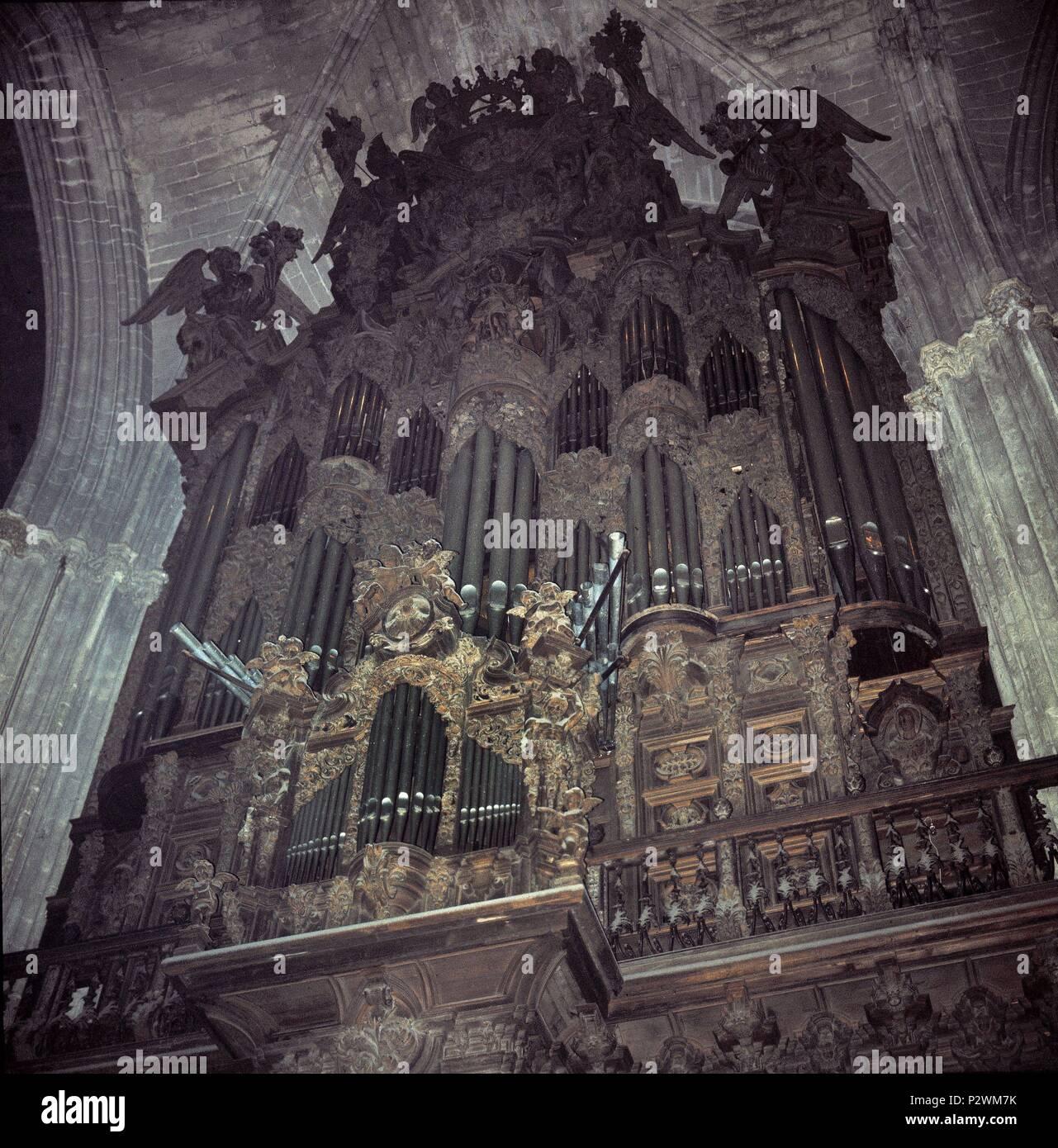 ORGANO. Ubicación: Interior de la Catedral, Sevilla, España. Imagen De Stock