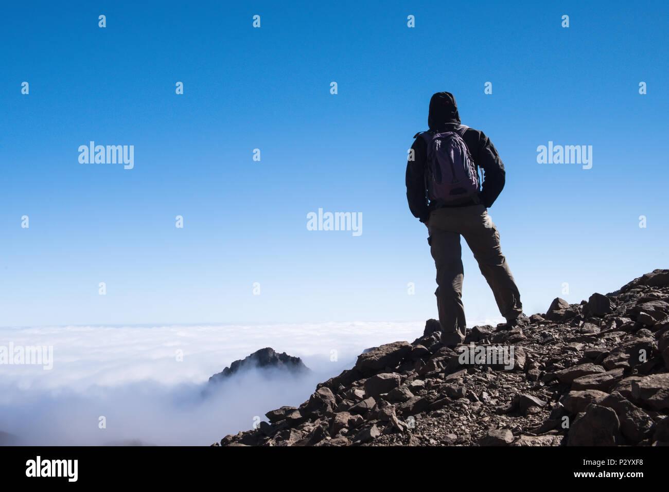 Deporte hombre en la cima de la montaña. Canarias Tenerife Imagen De Stock