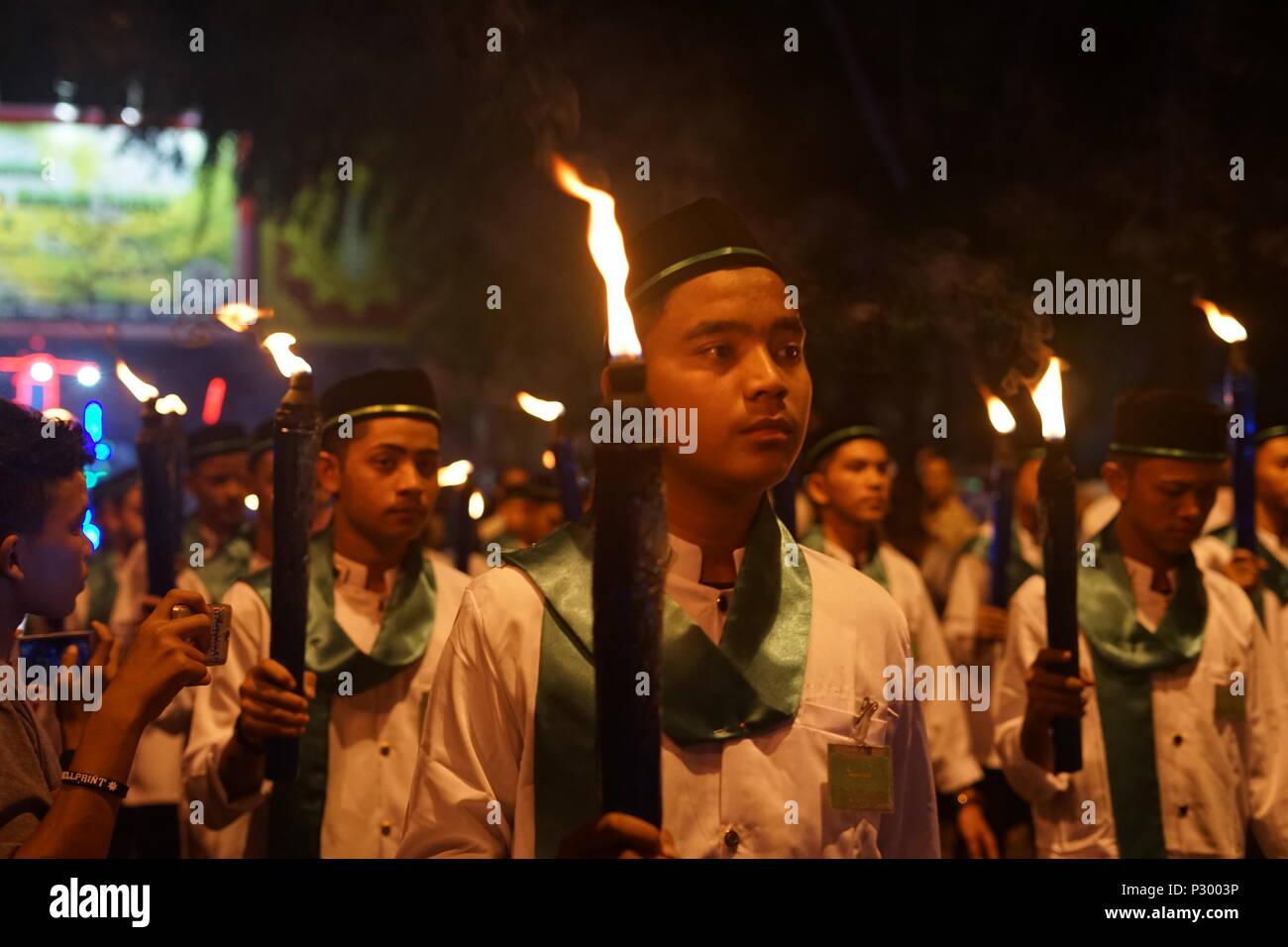 Banda Aceh, Indonesia/Aceh - 14 de junio 2018: musulmán indonesio takbir tener una noche antes de la celebración del Eid Mubarak/Eid ul-Fitr, Banda Aceh, Indone Foto de stock