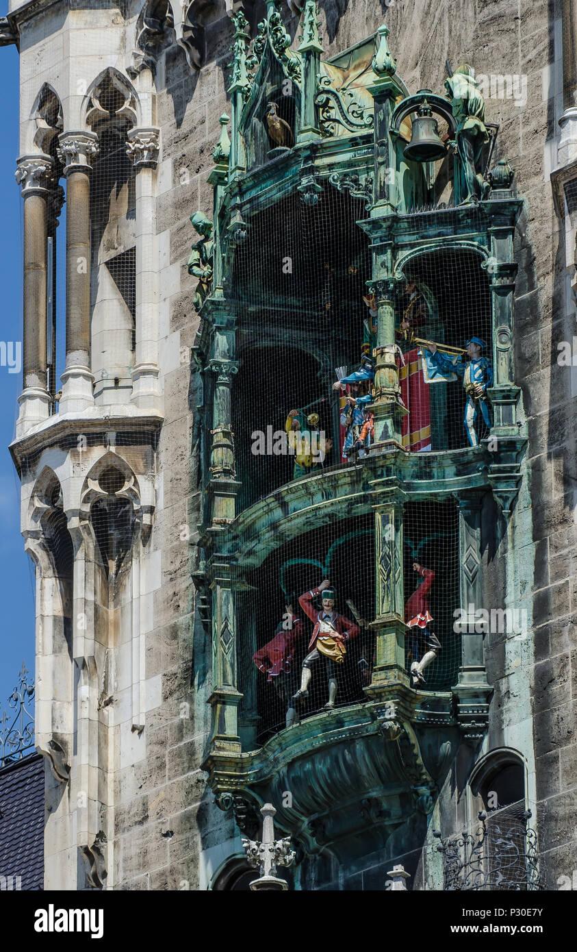 Marienplatz es la corazón urbano. El magnífico neo-gótico Neues Rathaus con el Glockenspiel es visto por cientos de turistas cada día. Imagen De Stock