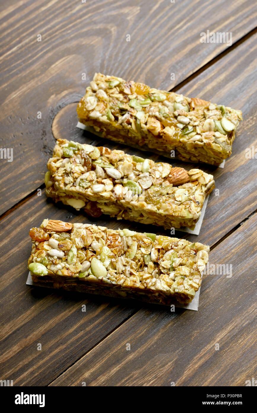 Barras de granola snack energético sobre fondo de madera. Imagen De Stock