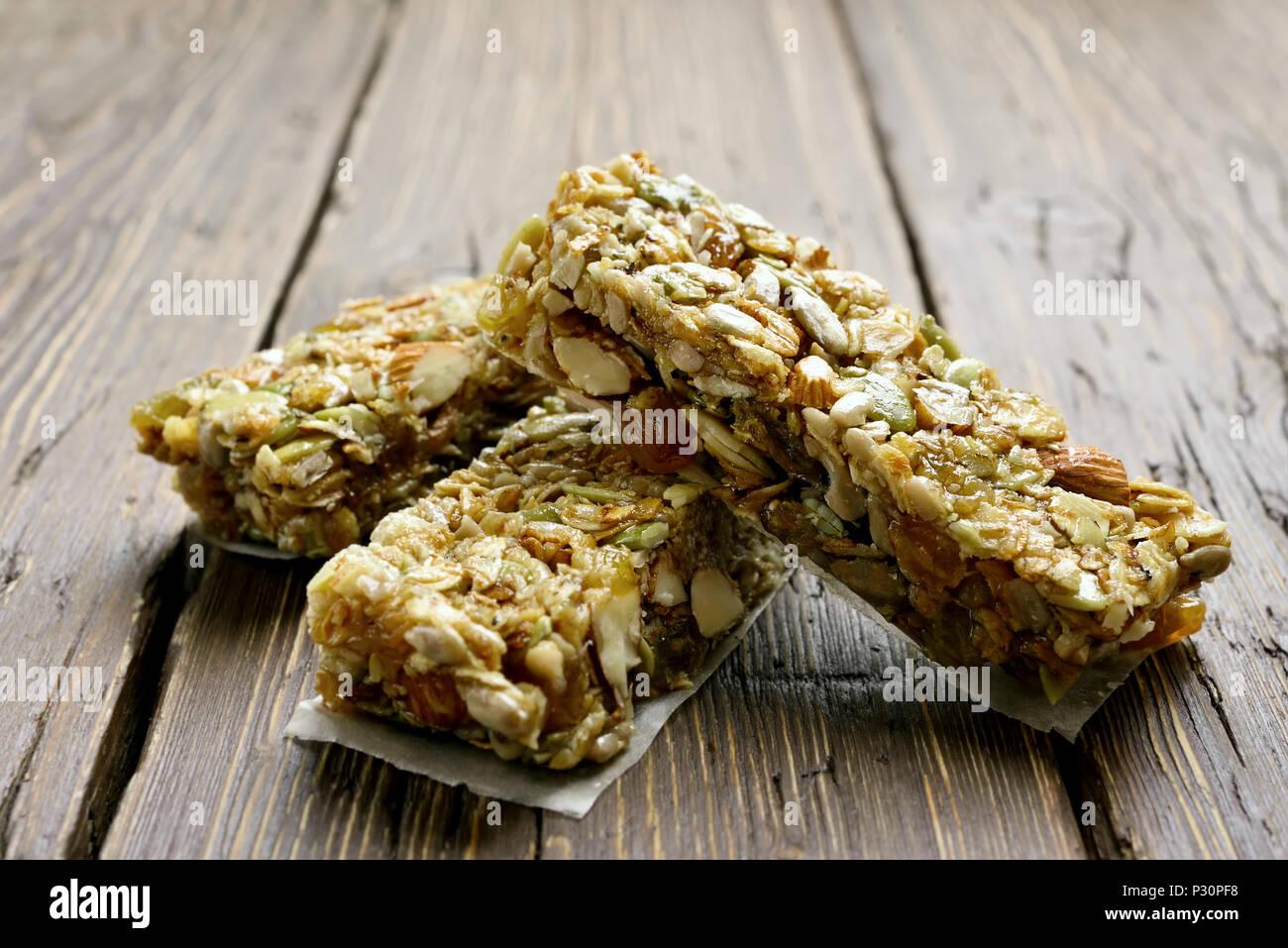 Barras de granola snack saludable de energía sobre fondo de madera. Vista cercana Imagen De Stock