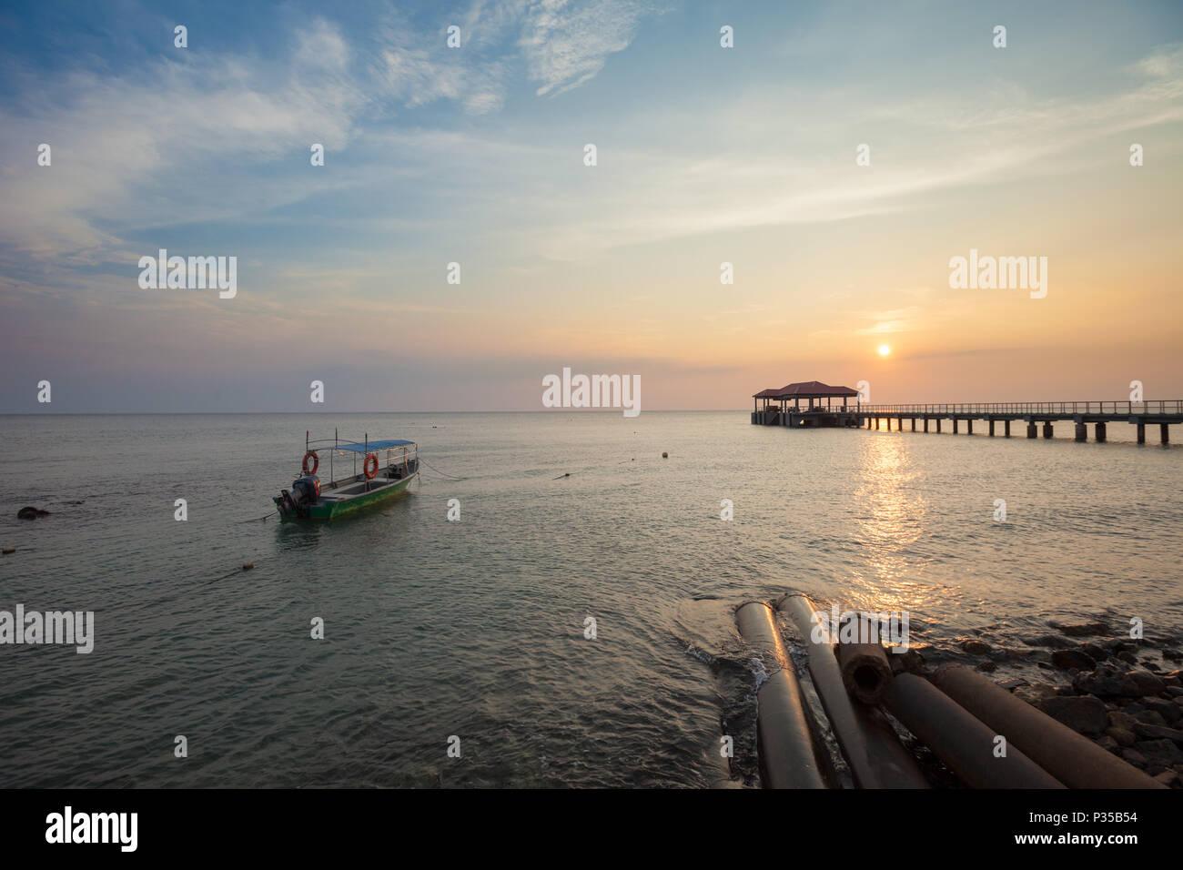 Atardecer en el aire Batang (ABC), la playa (Pulau) La isla de Tioman, Malasia Foto de stock
