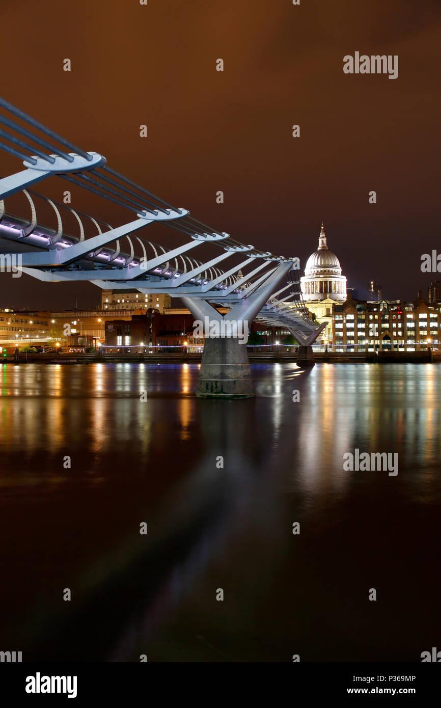 Millennium Bridge y la Catedral de San Pablo, Londres Imagen De Stock