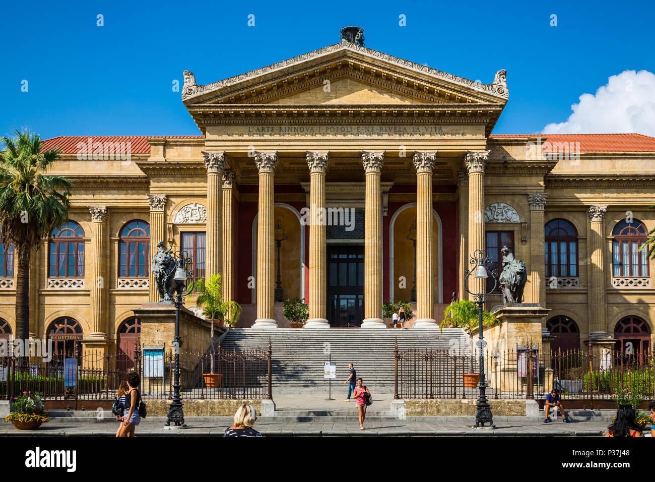 Vista del Teatro Massimo de Palermo, Sicilia, Italia Foto de stock