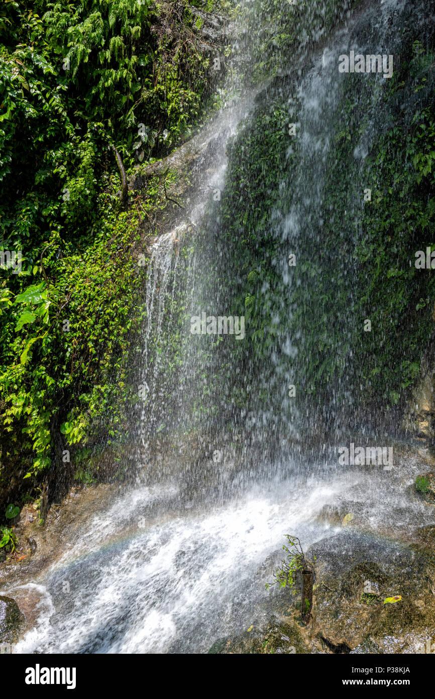 Cascada en las Cuevas Batu. Las Cuevas Batu son las cuevas y los templos de la cueva Gombak, Selangor, Malasia. Imagen De Stock