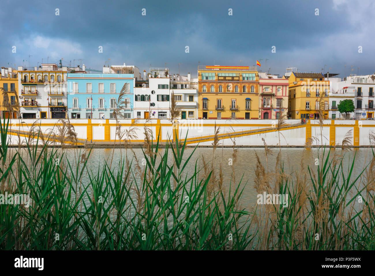 Andalucia river, vista de casas y apartamentos en el barrio de Triana de Sevilla - Sevilla - junto al río Guadalquivir, en Andalucía, España. Imagen De Stock