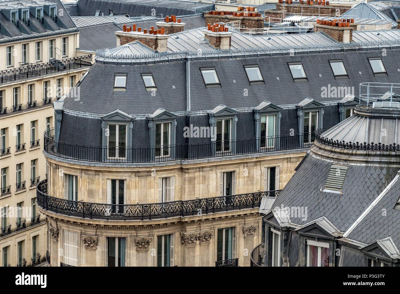 Los tejados de pizarra gris elegante de París, edificios de apartamentos, un balcón y habitaciones abuhardilladas, Boulevard Haussmann ,Paris ,Francia Imagen De Stock