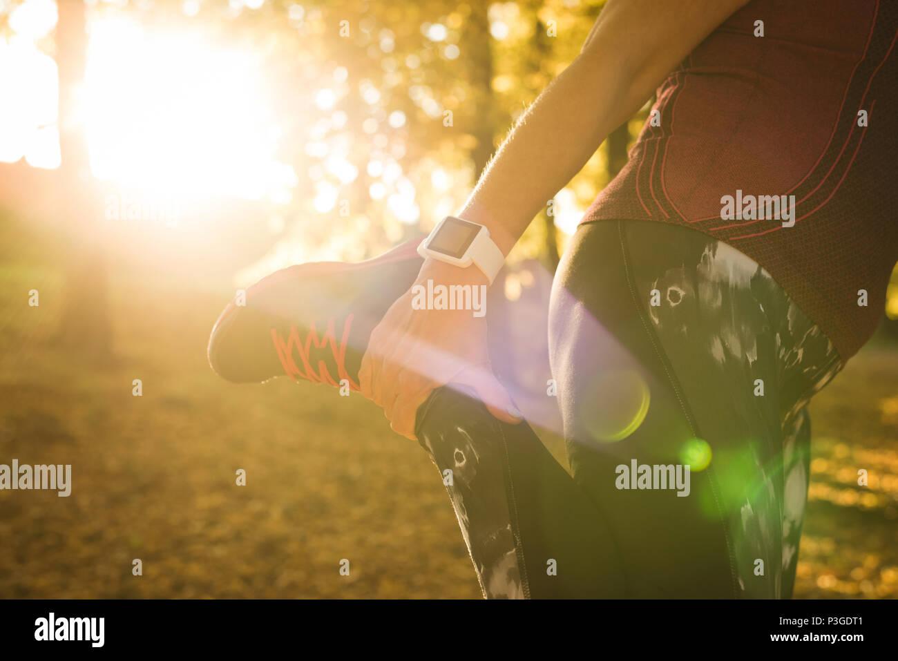 Mujer senior de ejercicio en el parque Imagen De Stock