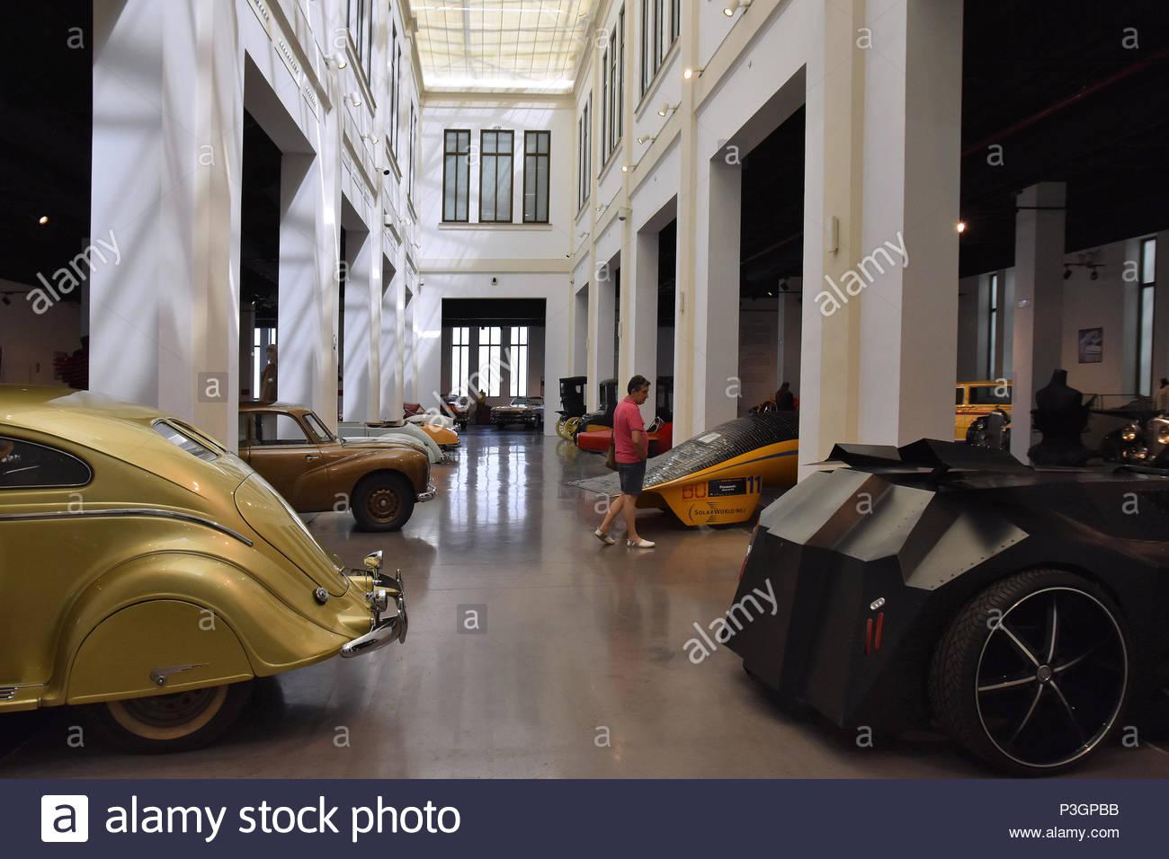 Diversos modelos de coches mostrados en el Museo de Automóviles (Museo automovilístico en Málaga España Europa. Imagen De Stock
