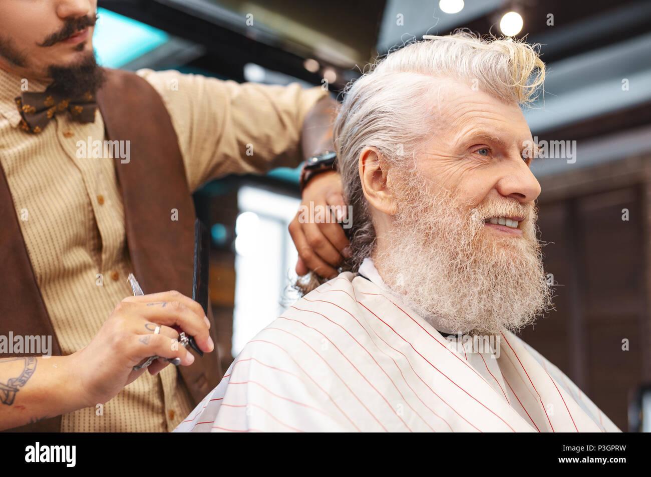 Guapo varón anciano persona expresando positividad Imagen De Stock