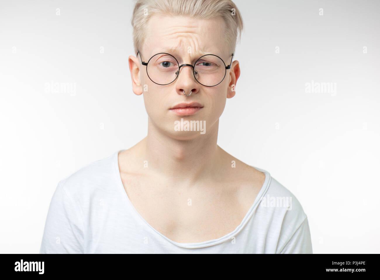 Duda, expresión y personas concepto - Hombre pensando sobre fondo gris Imagen De Stock