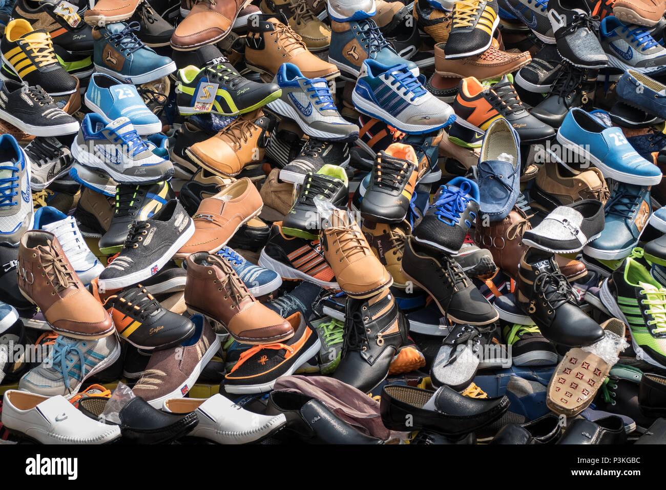 Gran selección de calzado en un puesto en el mercado indio Foto de stock