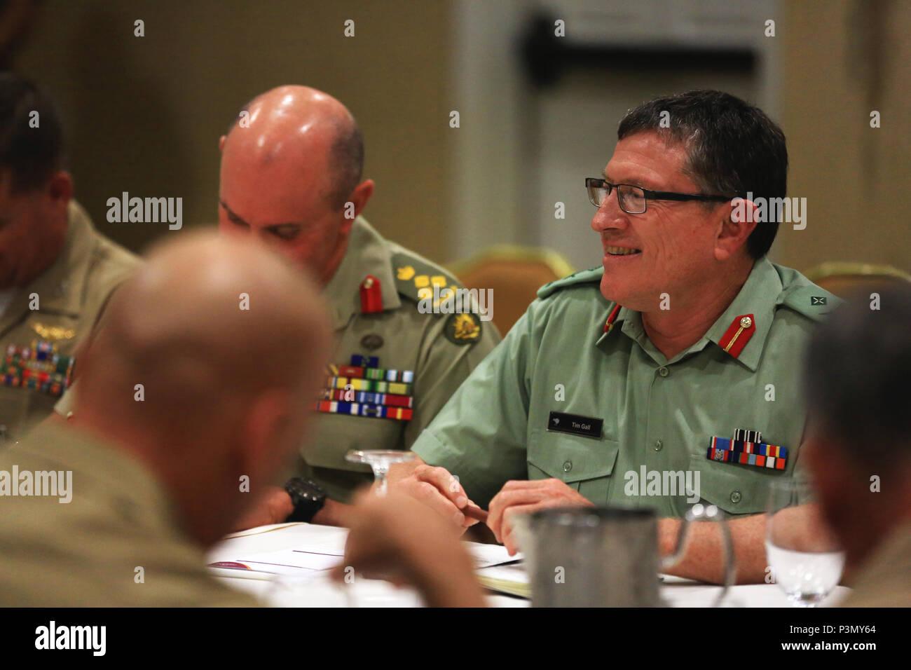 Gral. de la Fuerza de Defensa de Nueva Zelandia Gen. Timothy Gall, comandante de las Fuerzas Conjuntas, Nueva Zelanda, habla con el Cuerpo de Marines de EE.UU El Teniente General John A. Toolan, comandante general de la Flota del Pacífico, la Fuerza Marina, durante una reunión bilateral durante el Comando del Pacífico líderes anfibio Simposio 2016 en San Diego, California, 11 de julio de 2016. Más militares bonos facilitar unas líneas claras de comunicación, y fomentar un espíritu de cooperación para enfrentar los desafíos regionales y globales de beneficios mutuos. Más de 20 aliados y asoció las naciones, incluyendo los Estados Unidos están participando para fortalecer las relaciones de trabajo ac Foto de stock