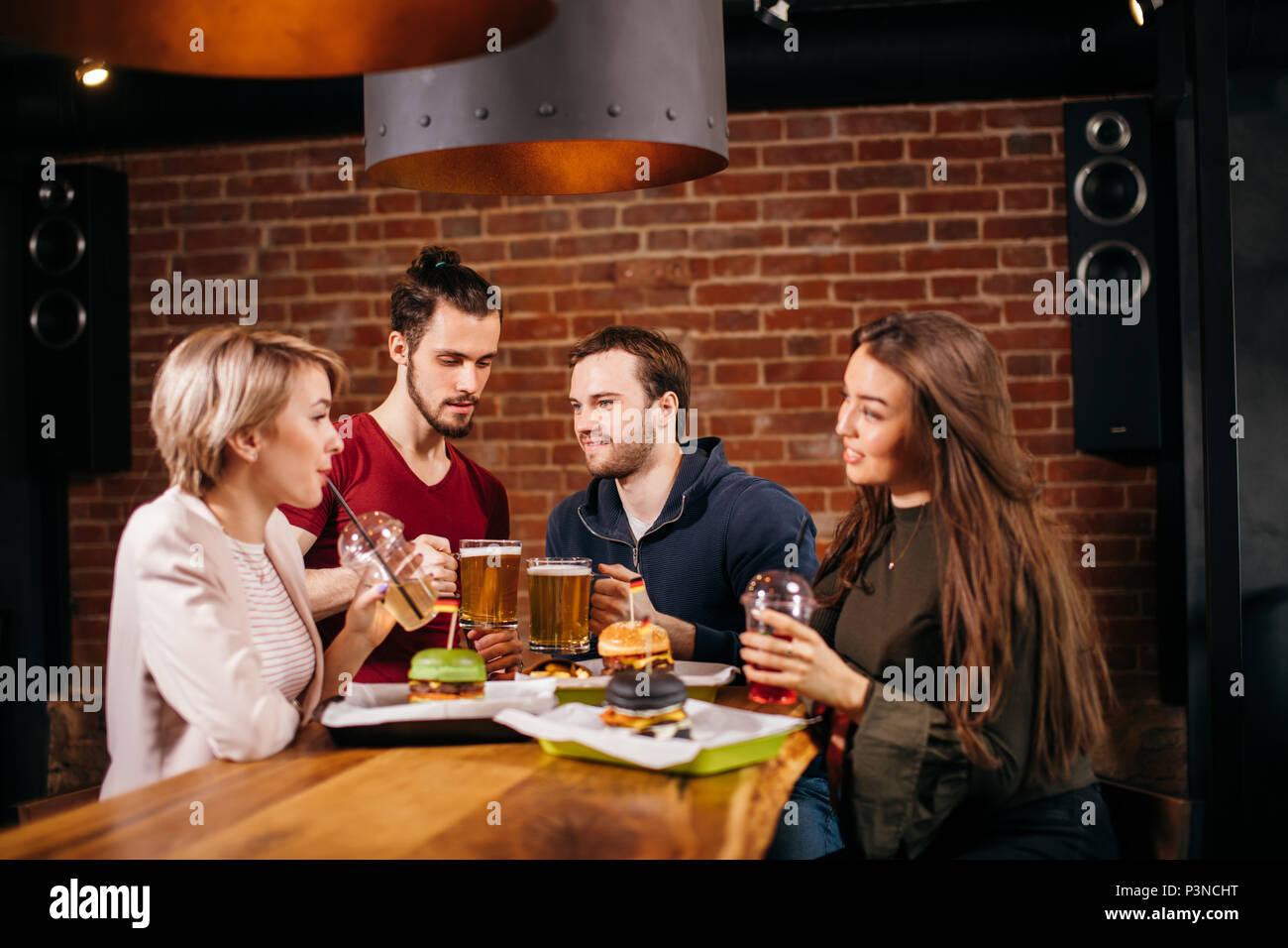 Grupo de Jóvenes Amigos en el Cafe. Imagen De Stock