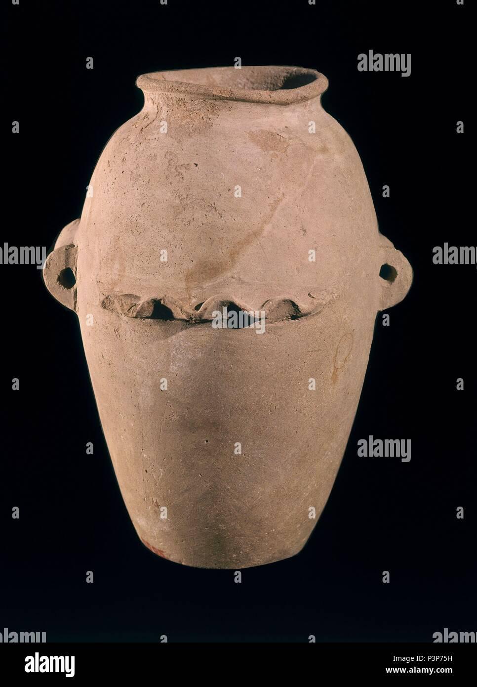 VASO DE terracota con orillo ondulado. NAGADA II. PERIODO GERZIENSE 3400 A.C. Ubicación: EL MUSEO EGIPCIO, KAIRO. Imagen De Stock