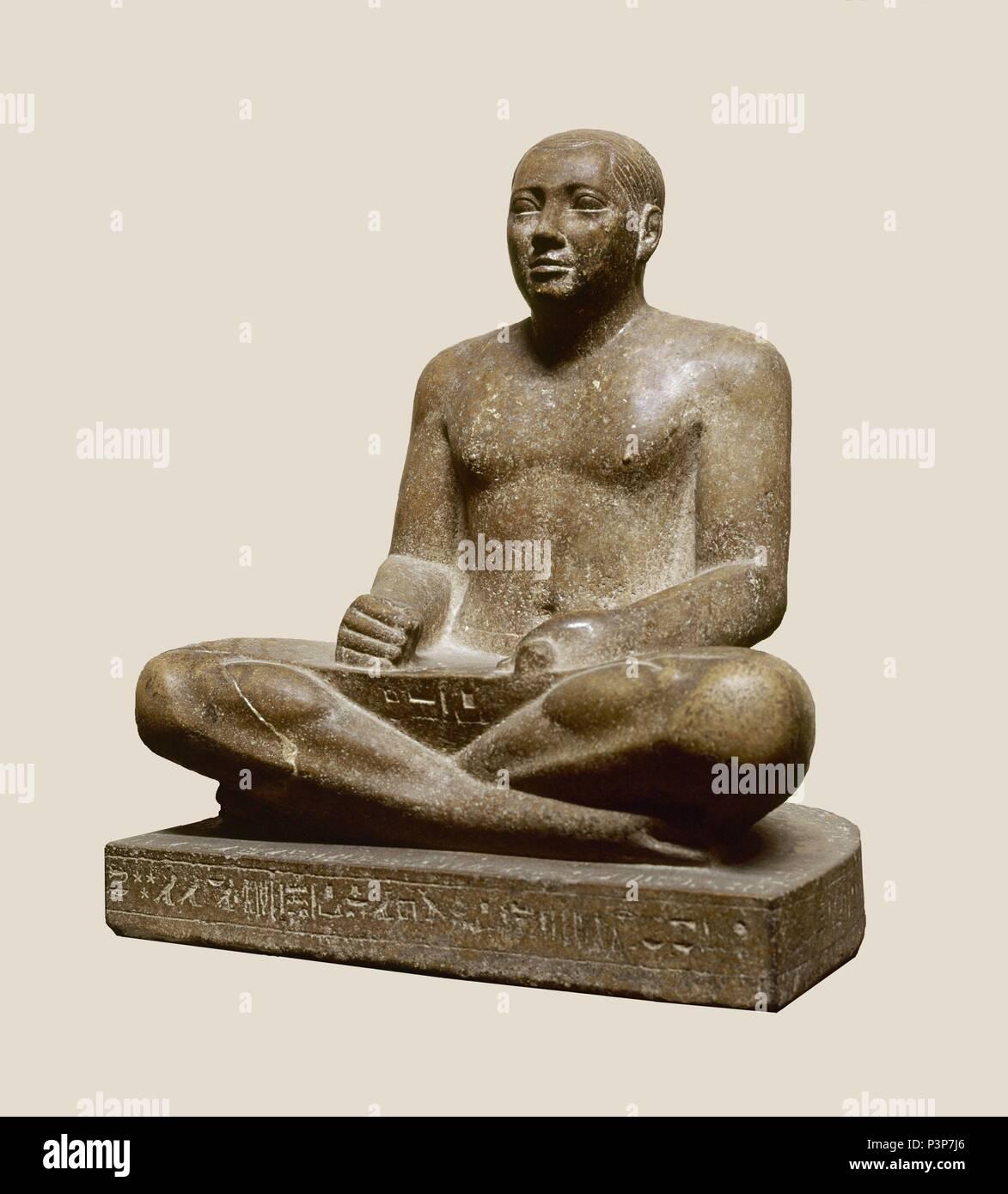 ESCRIBA EN granito GRIS (V DINASTIA-ANTIGUO IMP) AÑO 2465 AL 2325 AJC. Ubicación: EL MUSEO EGIPCIO, KAIRO. Foto de stock