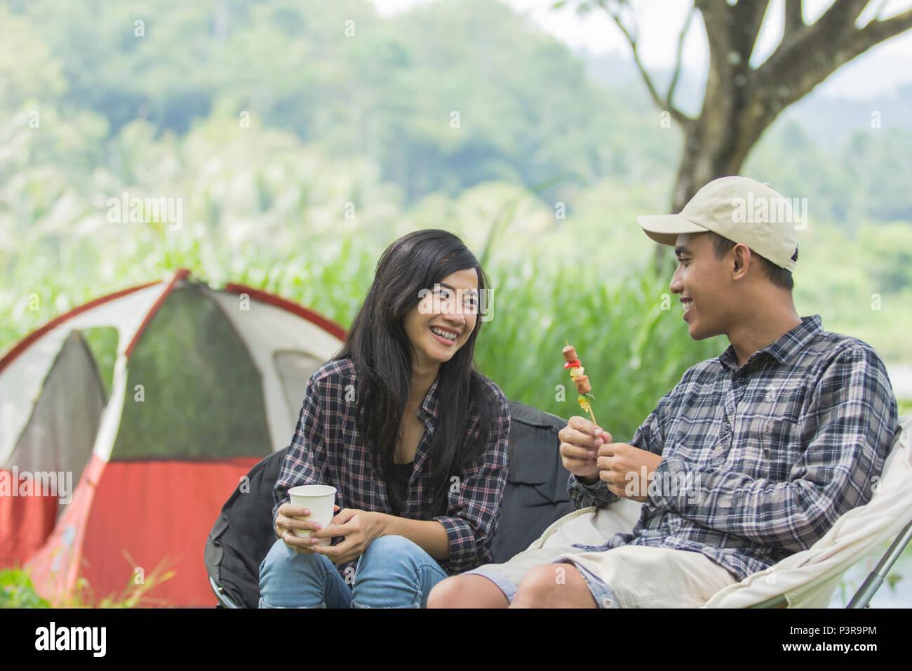 Dos pareja asiática en la naturaleza camping Imagen De Stock